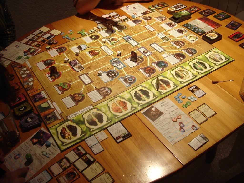 Rozłożona plansza wraz zkartami graczy ipozostałymi elementami