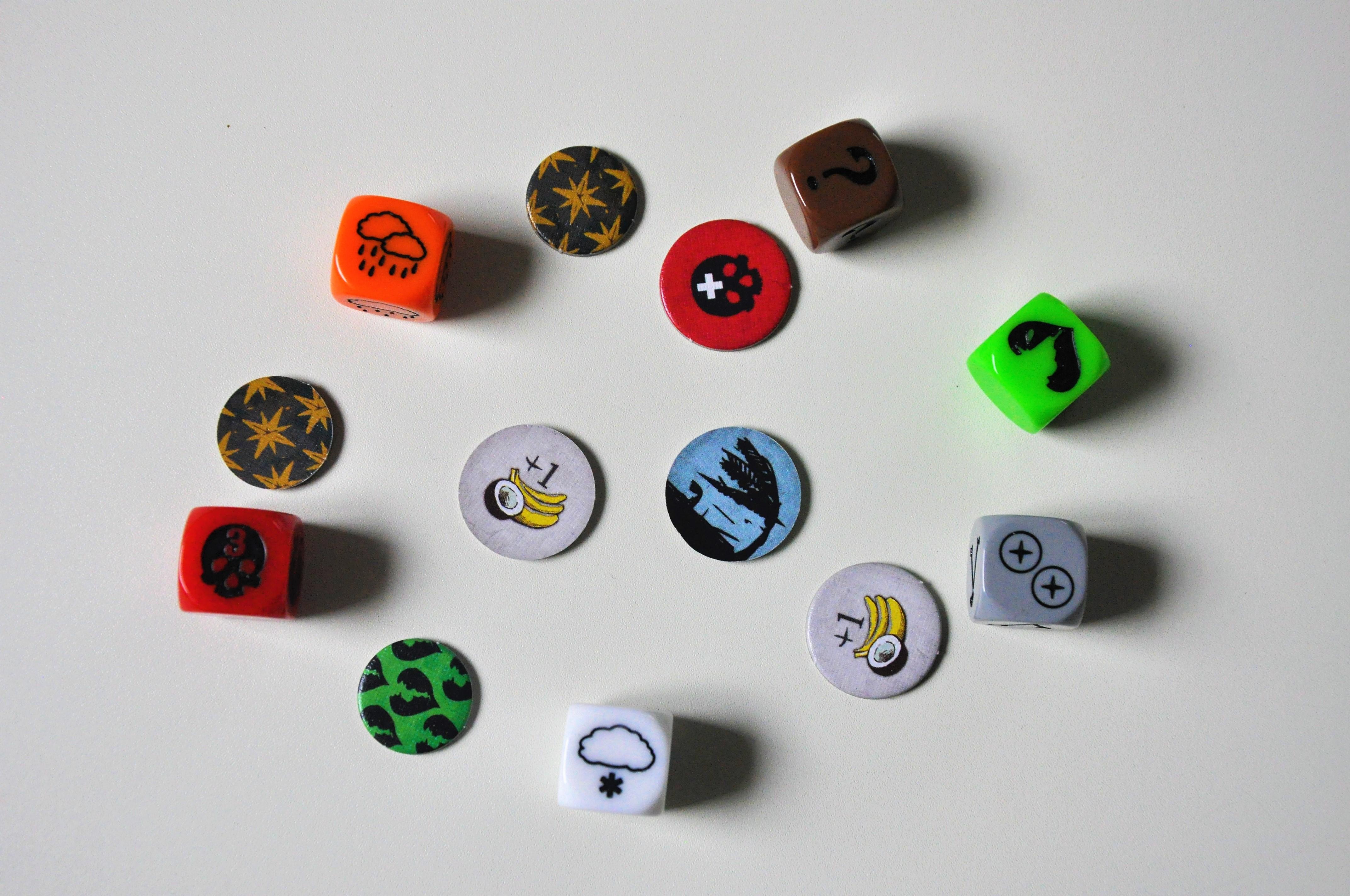 W grze znajdziemy wiele żetonów jak ikości zróżnymi symbolami