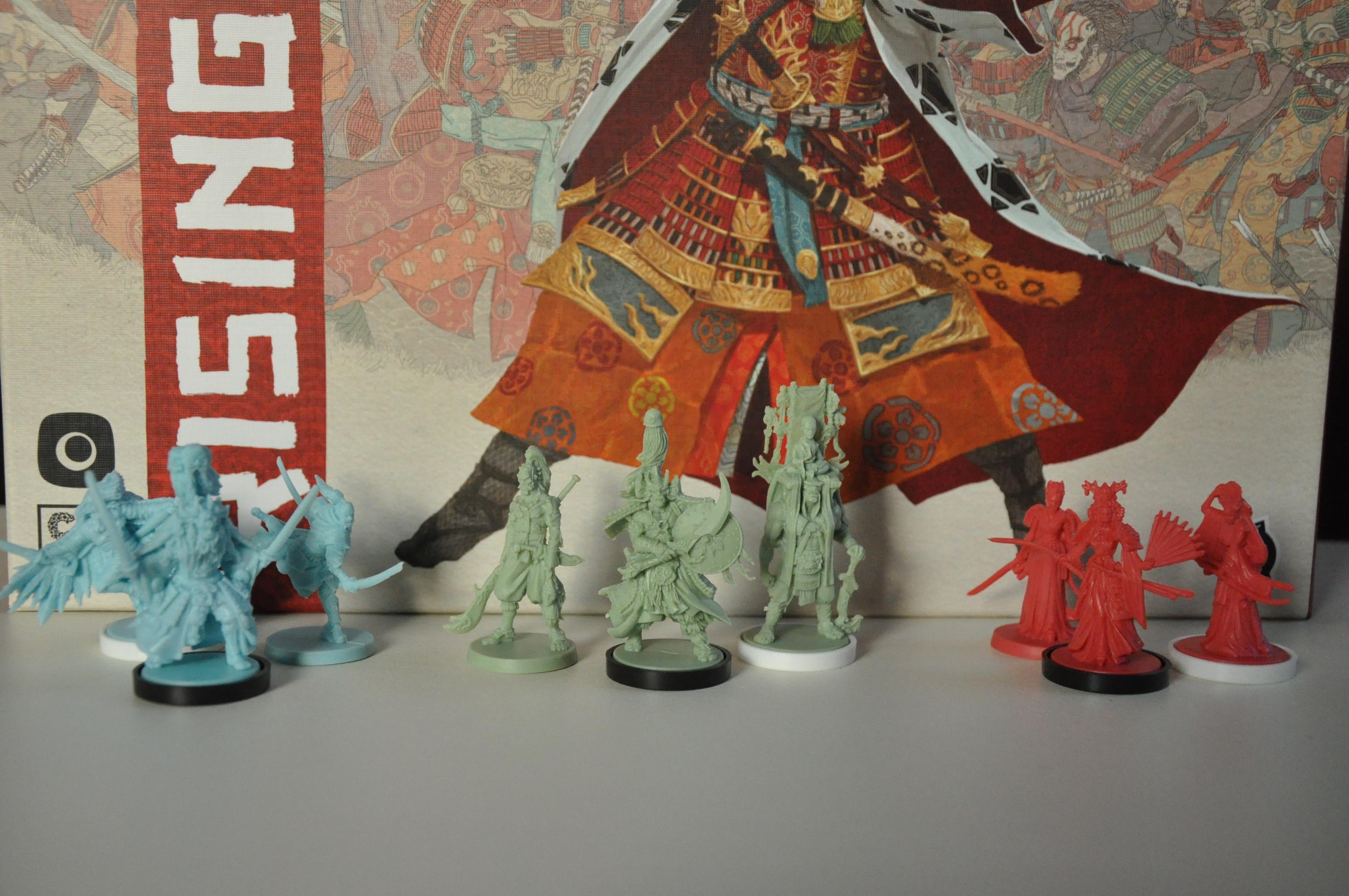 """Figurki Bushi (bezpodstawki), Daimyo (czarna podstawka) iShinto (biała podstawka) dla trzech klanów wgrze """"Rising Sun""""."""