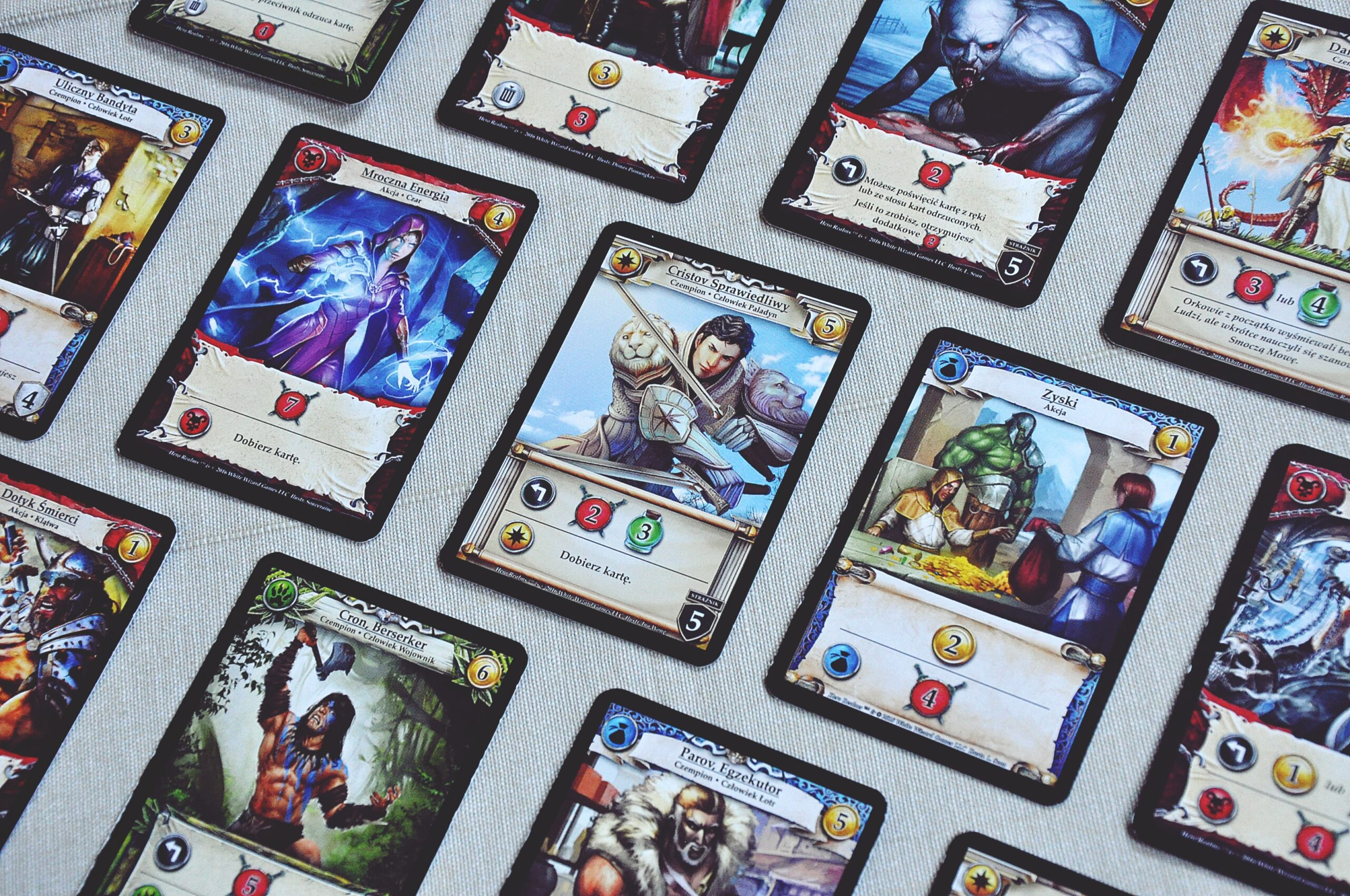 """Karty poszczególnych frakcji w""""Hero Realms"""""""